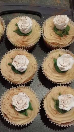 Cinnamon cupcakes with cinnamon icing and Royal icing roses